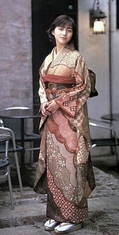 The Kimono Gallery — Modeling furisode, Japan. Traditioneller Kimono, Look Kimono, Furisode Kimono, Kimono Japan, Traditional Japanese Kimono, Traditional Fashion, Traditional Dresses, Modern Kimono, Kimono Design