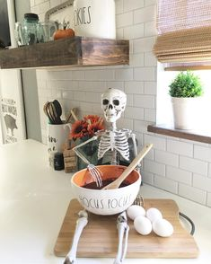 Halloween is coming soon. We are sharing with for you 15 Excellent Halloween Decoration ideas. Check these ideas… Halloween Kitchen Decor, Casa Halloween, Halloween Mantel, Modern Halloween, Holidays Halloween, Halloween Crafts, Happy Halloween, Halloween Party, Farmhouse Halloween