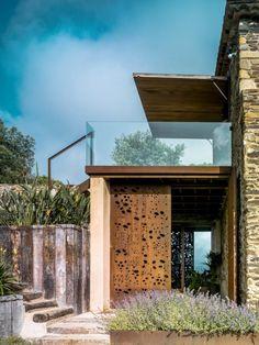 L'équipe de ZEST Architecture a achevé la restauration d'une ancienne ferme catalane située à Gérone, en Espagne. Le cabinet d'architecture barcelonais, fondé par l'architecte hollandais Co Govers, prendra part à la Biennale de Venise, qui s'ouvrira le 7 Juin 2014.