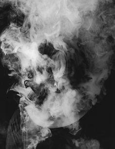 La photographe française Laurence Demaison réalise une série de photos de femmes enfumées. Celles-ci évoquent la mort et l'anguoisse, une atmosphère photographique qui nous fait réfléchir sur la pensée de l'artiste.