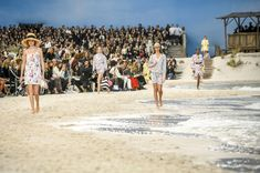 Chanel Spring 2019 Ready-to-Wear Fashion Show Atmosphere: See atmosphere photos from the Chanel Spring 2019 Ready-to-Wear fashion show. Look 8 Fashion Week 2018, New Fashion, Fashion Show, Karl Lagerfeld, Vogue Paris, Ideas Hijab, Selfies, Photo Summer, Grand Palais