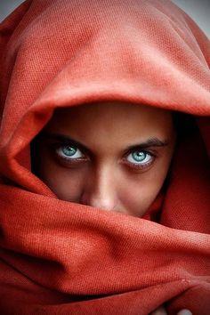 Portrait Photography Inspiration : Speránza ya Amal (myworldandotherstuff: An Afghan Girl) - Photography Magazine Beautiful Eyes Color, Stunning Eyes, Pretty Eyes, Cool Eyes, Amazing Eyes, Pretty Sky, Photo Oeil, Portrait Fotografie Inspiration, Turquoise Eyes