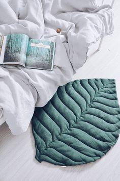 Stijlvolle mat in natuurlijke stijl in de vorm van een blad. Hij kan dienen als een deken voor een kind of worden gebruikt als een bed deken in zijn slaapkamer. Voor actieve spelletjes en lui rust, voor mooie frames en zo ongeveer alles. De voorzijde van het blad wordt gemaakt in