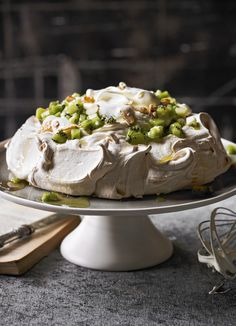 Try our elderflower and kiwi pavlova. This basic meringue recipe is a super easy meringue recipe for a pavlova dessert with kiwi and elderflower Kiwi Recipes, Sweet Recipes, Pavlova Meringue, Meringue Cake, Easy Meringue Recipe, Dinner Party Desserts, Dinner Parties, Kiwi Berries, Gastronomia