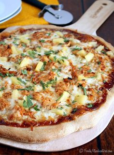 Hawaiian BBQ Chicken Pizza The Marvelous Misadventures of a Foodie Chicken Pizza Recipes, Bbq Chicken, Chicken Bacon, I Love Food, Good Food, Yummy Food, Crazy Food, Quiche, Table D Hote