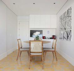 Com base neutra, apartamento ganha varanda gourmet integrada à sala