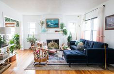 Living Room with blue velvet couch – Home decoration ideas and garde ideas Bohemian Living Rooms, Living Room Chairs, Living Room Furniture, Living Room Decor, Bohemian Bedrooms, Living Area, Blue Velvet Sofa Living Room, Blue Sofas, Living Room Remodel