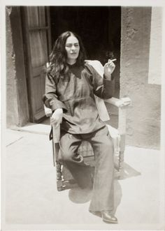 """Photos give insight into Frida Kahlo's life """"Frida Kahlo"""" by Gisele Freund from the series Frida Kahlo: Her Photos; (Courtesy Artisphere) Mexican artist Frida Kahlo is taking on a new look. Diego Rivera, Frida E Diego, Frida Art, Frida Salma, Natalie Clifford Barney, Intimate Photos, Studio 54, Personal Photo, Old Photos"""