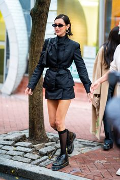 Bella Hadid's Birthday Outfit Proves Style Gets Better With Age Bella Hadid wearing 1017 ALYX and Dr. Martens on her birthday proves supermodel style only gets better with age. Dr. Martens, Dr Martens Stiefel, Dr Martens Boots, Dr Martens Style, Dr Martens Outfit, Fashion Week Paris, Fashion Weeks, Look Fashion, 90s Fashion