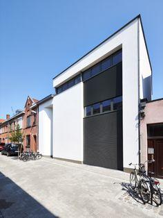 L-door garagepoort geïntegreerd in gevelbekleding met Renson lamellen | Porte sectionnelle Realisatie: L-door