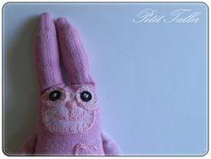 Peluche hecho a mano Conejito rosa Nicolás por PetitTaller en Etsy, €30.00