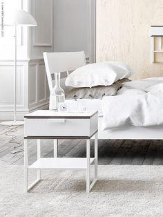 Skapa din egen oas med nya sovrumsserien TRYSIL. Rena linjer, en vit bas och detaljer i grått, tillsammans med ett organiserat förvaringssystem, stillar sinnet och ger lugn till rummet.