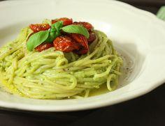 Leckeres Rezept für Pasta mit einer Pesto aus pürierter Avocado, Zitrone, frischem Basilikum & karamellisierten Kirschtomaten.