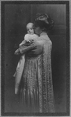 Art Eleanor Roosevelt and her daughter Anna.  1906. history