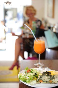 Eine Auswahl an kleinen feinen Gerichten 🍲 für Deine #Mittagspause - #hausgemacht in unserer #Snäckerei - warten auf Dich. Im #Café - zum Gemütlich-Genießen - oder auch im Geschäft - zum #Mitnehmen. Ganz wie es Dir gefällt. ❤️ Ma guat!  Ach ... und das mit der Nachspeise 🍰 sollte auch kein Problem darstellen... 😜  #mittagspause, #jause, #snack, #mittagessen, #quiche, #suppe, #pizza, #focaccia, #käsnudel, #salate, #belegteweckerl, #frankfurter, #toast, #wienerroither, #maguat