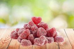 Wir verraten in dem Rezept, wie ihr Fruchtgummi Herzen selbst machen könnt. Fruchtgummi Herzen sind eine schöne Idee zum Valentinstag oder zu Weihnachten!