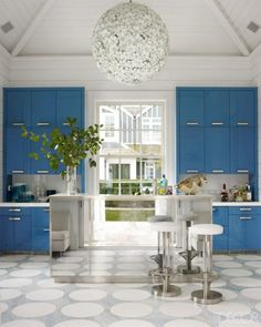 Dazzlingly blue kitchen with a mirrored island