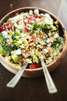 Sałatka z brokułami, fetą, papryką Pasta Salad, Cobb Salad, Feta, Lunch Box, Food And Drink, Wok, Quinoa, Ethnic Recipes, Knife Making