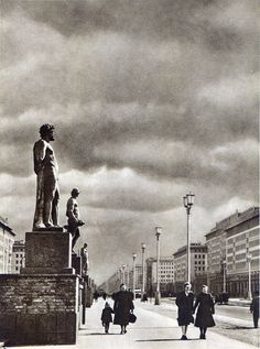 Berlin, Stalin Allee, Ost-Berlin, Der Zukunft entgegen, 1952. Fotograf unbekannt.