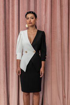 73f39d418 Vestido corto con peplum de crepe blanco y negro con manga francesa y  botones dorados en. Apparentia