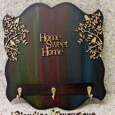 #portachaves #dezembro #decoracao #vintage #pinturasartesanais #pinturasemmdf #aulasdeartesanato #arterapia #terapiaocupacional #mdfdecorado #produtoartesanal #presentes#marquesuaaula #compredequemfaz #caminhodearte #quarta #bomdiaaa #bomdia Wood Pallet Crafts, Wooden Crafts, Diy Wood Projects, Art Deco Pattern, Decoupage Art, Diy Wood Signs, Idee Diy, Seashell Crafts, How To Distress Wood