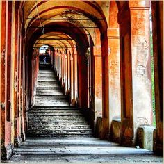 Infiniti Profondi. La #PicOfTheDay #turismoER di oggi cammina, arco dopo arco, verso la #Basilica di #SanLuca a #Bologna. Complimenti e grazie a @franc94 / Deep Infinites. Today's #PicOfTheDay #turismoER walks, arch after arch, toward the #SanLuca #Basilica in #Bologna. Congrats and thanks to @franc94