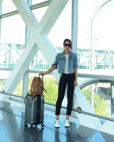 Casual travel look! (Black white & denim) #ootd #travel -------- E o aerolook foi bem casual claro! Adoro PB e jeans - com tênis então! Haha by camilacoelho