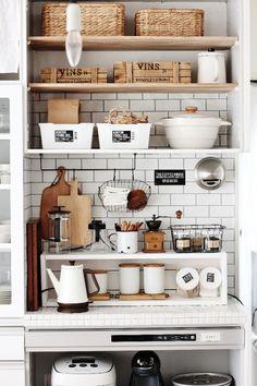 ●これで失敗なし!!真似したいのはフランス式収納術● LIMIA (リミア) Kitchen Shelves, Kitchen Pantry, Kitchen Storage, Vintage Kitchen Decor, Minimalist Interior, Shelving, Sweet Home, House Design, Room