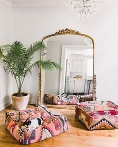 Front-row seats to the Gleaming Primrose Mirror ✨Photo via Alyse Studios – Vintage Home Decor Home Decor Bedroom, Living Room Decor, Diy Home Decor, Dining Room, Room Kitchen, Design Bedroom, Vintage Living Rooms, Yoga Room Decor, Bohemian Bedroom Design