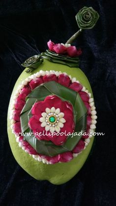 Order Fresh flower poolajada, bridal accessories from our local branches present over SouthIndia, Mumbai, Delhi, Singapore and USA. Telugu Brides, Telugu Wedding, Coconut Decoration, Indian Wedding Flowers, Hindu Bride, South Asian Bride, Flower Garlands, Rose Petals, Bridal Accessories