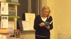 """Marina Di Pelligrini, propriétaire de la librairie du même nom, en train de lire un autre extrait du livre """" Les Amours Impossibles des Femmes qui ont changé le Monde """" d'Amanda Castello."""
