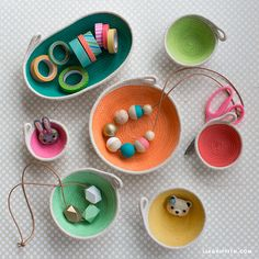 Use your sewing machine to craft these mini bowls out of clothesline and customize them with paint and leather accents to incorporate into your home decor Fabric Crafts, Sewing Crafts, Sewing Diy, Fabric Art, Box Creative, Craft Projects, Sewing Projects, Craft Ideas, Painted Baskets