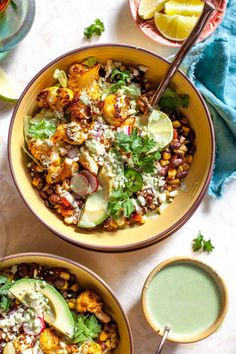 Cauliflower Burrito Bowls with Jalapeño Ranch are the ultimate vegetarian and gluten free weekday meal. Spice-roasted cauliflower, chipotle-style black beans, fire-roasted corn, and a creamy, yogurt-based ranch dressing. Cauliflower Pasta, Roasted Cauliflower, Cauliflower Recipes, Roasted Corn, Adobe Sauce, Jai Faim, Clean Eating, Healthy Eating, Healthy Food