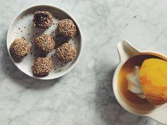 Raw chokladbollar med apelsin, kokos och rostade sesamfrön – Food Pharmacy