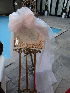 マカロンがたくさん詰まった、花嫁さん手作りのウェルカムボード。チュールのリボンが素敵ですね。