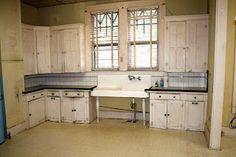 SerialEnthusiast: A real-life kitchen! 1930s Kitchen, Colonial Kitchen, Craftsman Kitchen, Old Kitchen, Vintage Kitchen, Kitchen Ideas, Bungalow Kitchen, Craftsman Interior, Modern Craftsman
