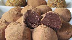 Chocolate meio amargo: 350 g • Creme de leite: 1 caixinha • Rum: 1 colher de sopa • Chocolate em pó: para polvilhar