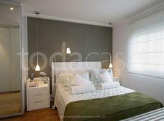 Pendente na cabeceira da cama, ambiente minimalista e bem iluminado