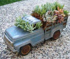 Reaproveite, recicle...e decore. Dica: carrinhos plásticos podem ser pintados para parecerem de metal...