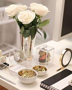Tem coisa melhor do que deixar a mesa de trabalho com seu estilo? Amamos essa inspiração com prata, acrílico e dourado 💛