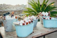 Ideas para bodas: barra de cervezas bien fría para recibir a tus invitados en una recepción al aire libre o campestre. #TendenciasEnBodas