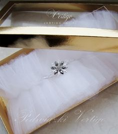 beautiful white tulle wedding garter, source: http://www.vertigo.com.pl/projekty/podwiazki/#prettyphoto[gallery]/1/