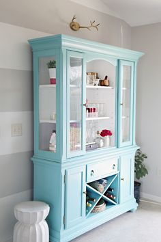 Katrina, your china cabinet would be pretty like this! IHeart Organizing: Our New-To-Us Painted Dining Room Hutch - The REVEAL! Furniture Projects, Furniture Makeover, Home Projects, Diy Furniture, Modern Furniture, Diy Interior, Interior Design, Dining Room Hutch, Kitchen Dining