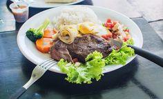 Tucking into horse steak at Barrakítika Restaurant in Ilhéus, Brazil | heneedsfood.com