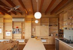 Un particolare del soggiorno con una parete attrezzata realizzata interamente in legno