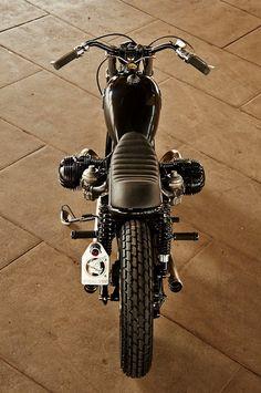 Black Panther! BMW R 100 RT #BratStyle Airhead Spirit by Frank Hoffmann. Preciosa esta #BMW toda de negro. El depósito tipo lágrima más pequeño queda de miedo | caferacerpasion.com