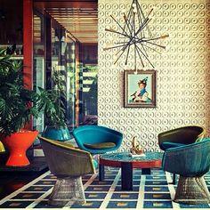 Sem medo do exagero. Cor, textura, estampa... e que ambiente LIIINDO!!! Detalhe bacana: as cadeiras Platner com as almofadas do assento trocadas. ♥︎