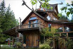 Esta es la casa del cielo, una de las numerosas casas naturales que SunRay Kelly ha construido en su granja de 9 acres en las estribaciones de la Cordillera de las Cascadas, al norte de Seattle, EE.UU.