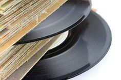 Fashion LP vinyl records into cuff bracelets. Vynil Records, Old Vinyl Records, Lp Vinyl, Vinyl Music, Dj Music, Vinyl Art, 1940s Party, Record Crafts, Record Art