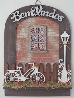 Guirlanda Bem Vindo  Peça em mdf, com detalhes em tecido, flores em biscuit.  Pintada á mão.  Aceitamos encomendas.  Peça que está á venda janela em amarela e flores em amarelo e laranja. Decoupage Vintage, Diy Crafts Slime, Diy And Crafts, Wood Crafts, Paper Crafts, Bicycle Decor, Doll House Crafts, 3d Wall Art, Plate Design